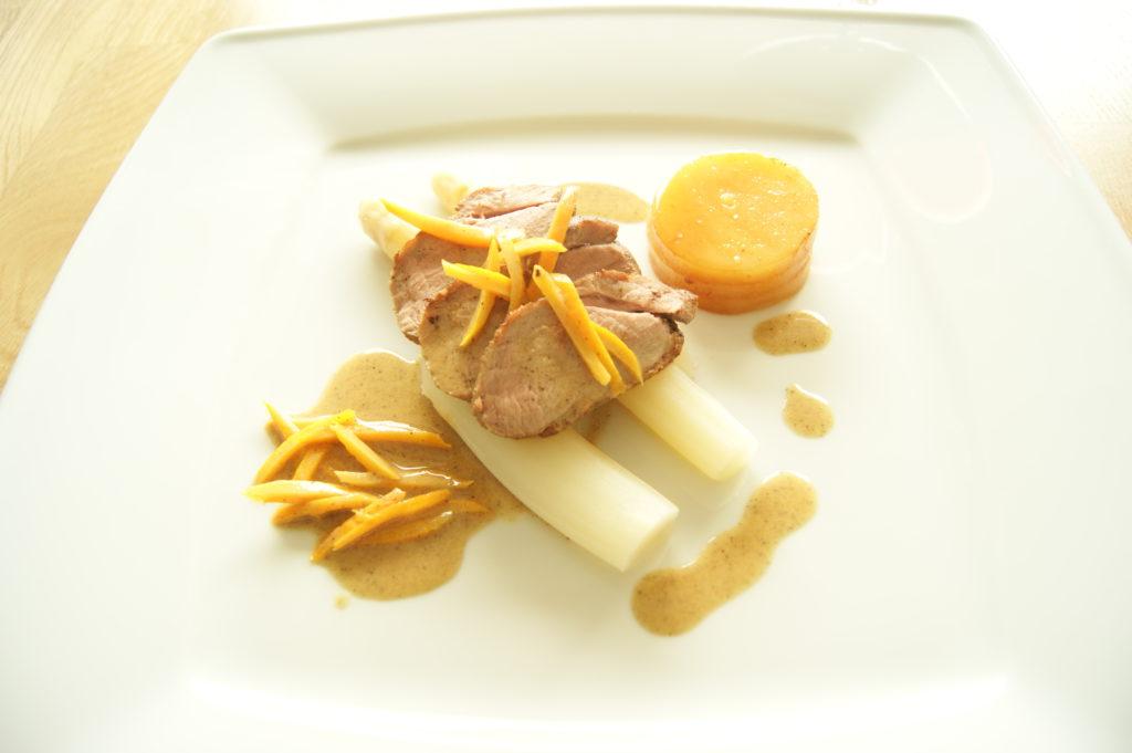 <em>Eendenborstfilet met witte asperges en aardappeltaartje</em>